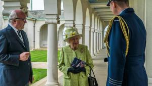 Rainha Elizabeth participa de primeiro evento presencial de 2021, após passar lockdown dentro do Castelo de Windsor