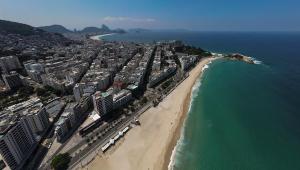 Vista aérea das praias de Ipanema e Copacabana no Rio de Janeiro