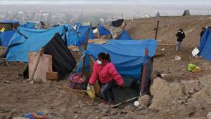Peruanos fazem acampamento ilegal em Cerro Lomo, no Peru
