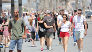 Pessoas caminham sem máscara no beira-mar de Tel Aviv