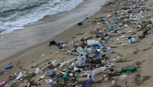Lixo na areia da praia do Rio Grande do Norte