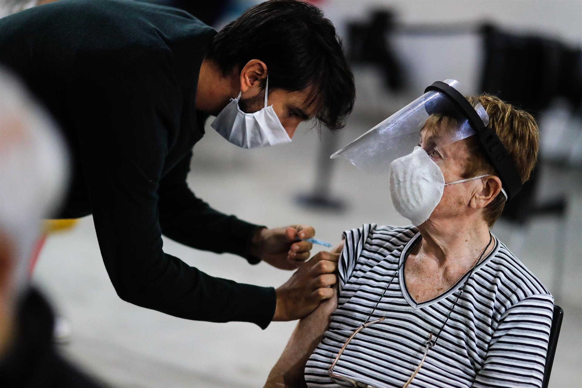 idosa é vacinada em buenos aires