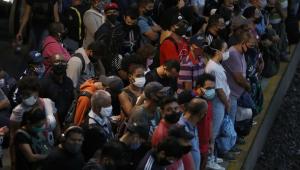 Multidão se aglomerando em plataforma de trem
