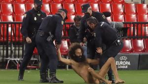 Homem nu invadiu e interrompeu a partida entre Granada e Manchester United