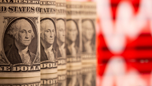Dólar abre semana em queda, apesar de apreensão doméstica com incertezas políticas e fiscais