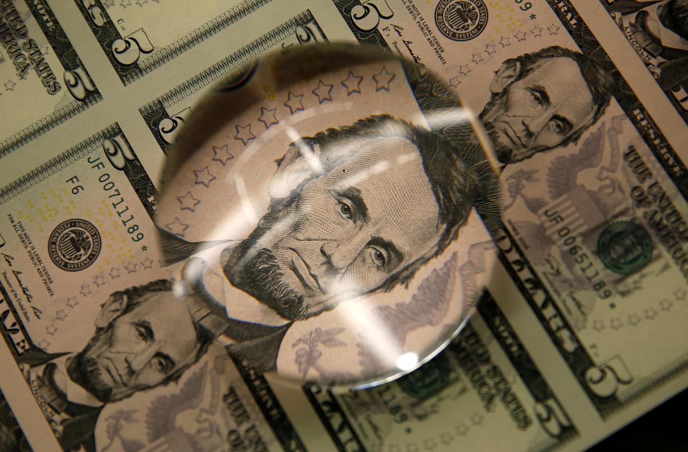 Dólar fecha em alta com temor global por possível redução de estímulos nos EUA