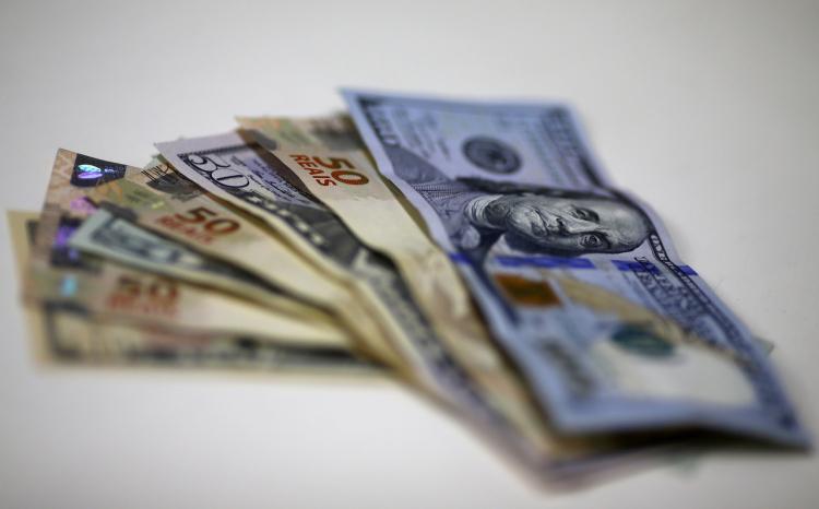 Ibovespa segura os 121 mil pontos com otimismo externo; dólar recua 1,5% na semana