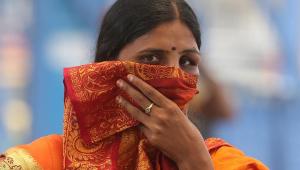 Mulher cobre nariz e boca em Bangalore, na Índia