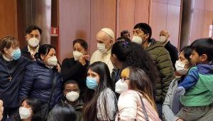 Papa Francisco faz visita surpresa em centro de vacinação contra a Covid-19 no Vaticano