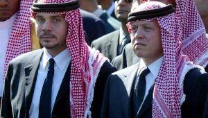O ex-príncipe herdeiro Hamzah bin Al Hussein (esquerda) com o seu meio-irmão rei Abdullah da Jordânia