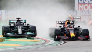 Com a pista molhada pela chuva, Max Verstappen defende de Lewis Hamilton a liderança do GP da Emilia-Romagna