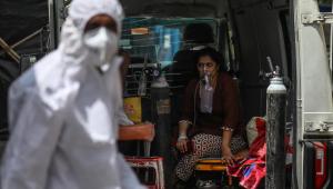 Profissionais da saúde atendem paciente com suspeita de Covid-19 em Mumbai, na Índia