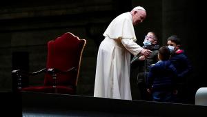 Papa Francisco conduz cerimônia da Via Crucis na Praça de São Pedro, no Vaticano