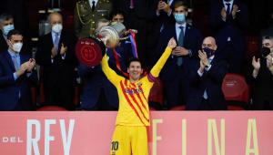 Lionel Messi carrega taça da Copa do Rei após partida contra o Athletic Bilbao