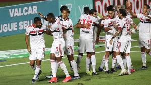 Um grupo de oito jogadores são-paulinos comemora o gol do Bragantino