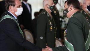 dois homens dando um aperto de mão usando máscaras e ternos