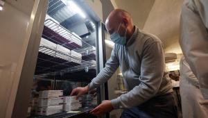 Geladeira armazena doses da vacina de Oxford