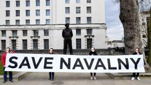 """Manifestantes seguram cartaz pedindo """"Salve Navalvy"""""""