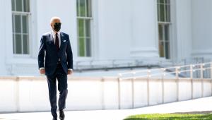 Joe Biden se dirige a coletiva de imprensa do lado de fora da Casa Branca