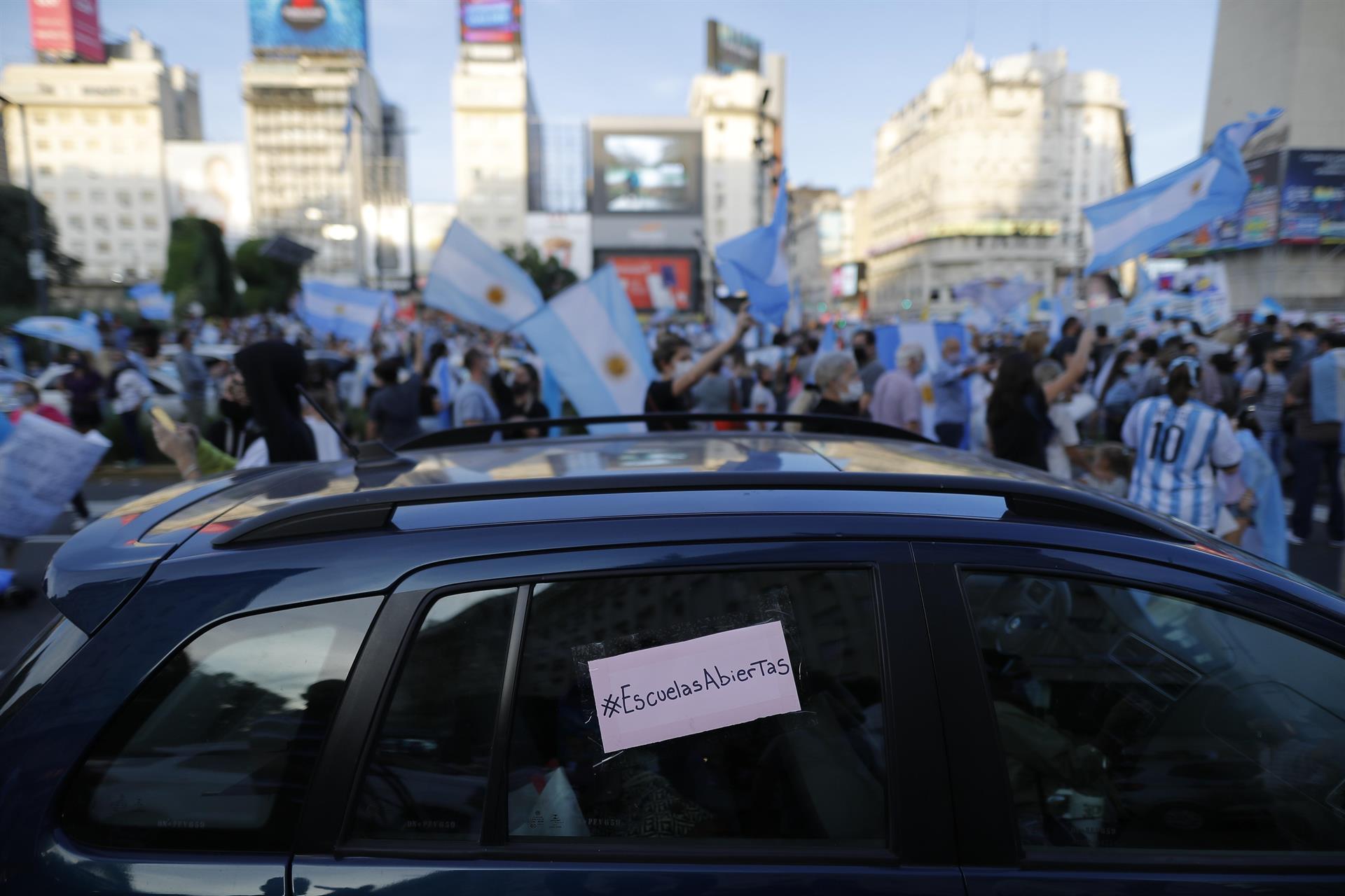 Argentinos vão às ruas protestar contra o fechamento das escolas