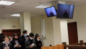 Líder da oposição da Rússia, Alexei Navalny, aparece em transmissão na televisão durante audiência