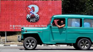 Cartaz anuncia a realização do VIII Congresso do Partido Comunista de Cuba