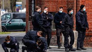 Policiais investigam região em frente a clínica de Postdam que foi alvo de um ataque com quatro mortos