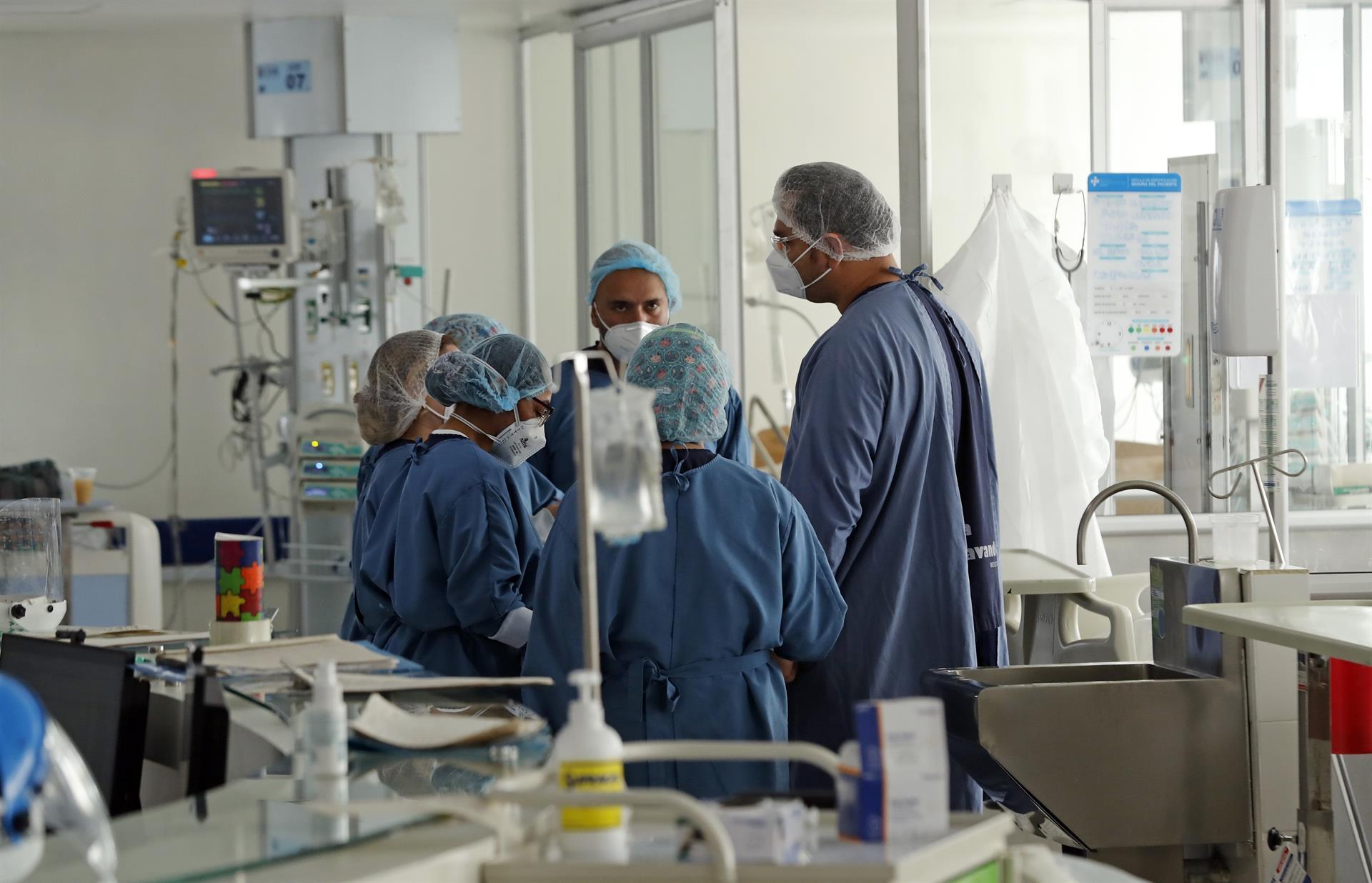 Equipe médica atende paciente em tratamento intensivo para a Covid-19 em hospital de Bogotá, na Colômbia