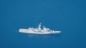 submarino branco parcialmente para fora d'água