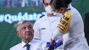Presidente do México, Andrés Manuel López Obrador, recebe vacina de Oxford contra Covid-19 em frente às câmeras
