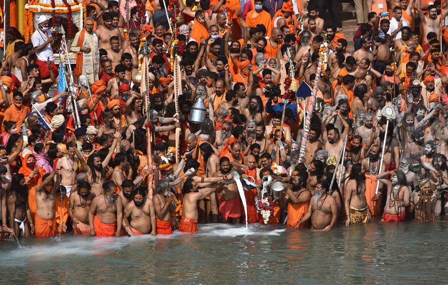 Peregrinos hindus se aglomeram no Rio Ganges