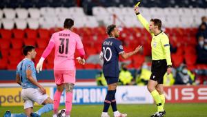 Neymar recebendo cartão amarelo no duelo entre PSG e Manchester City, pela Liga dos Campeões