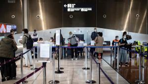 Passageiros desembarcando no Aeroporto Roissy Charles de Gaulle em Paris, França