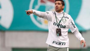 Abel Ferreira orientando os jogadores do Palmeiras na vitória contra o Indepiendente del Valle