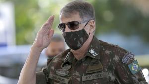 Edson Leal Pujol, ex-comandante do Exército, chega de máscara ao Ministério da Defesa