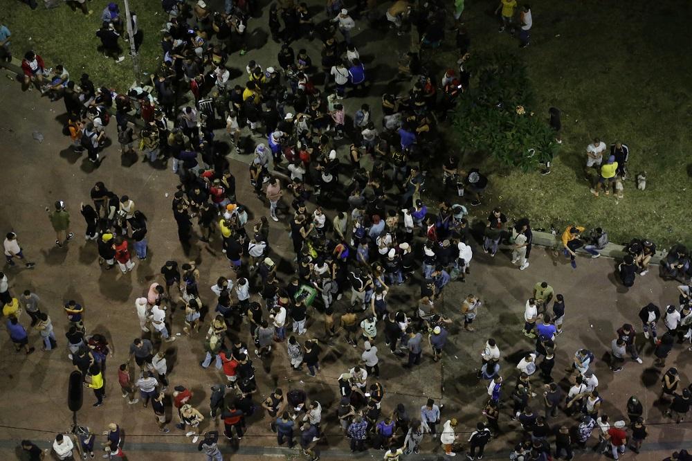 Vista aérea da Praça Roosevelt tomada por jovens, a maioria sem máscara