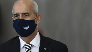 Luiz Eduardo Ramos, ministro da Casa Civil, um homem calvo, de cabelo branco ralo, aparece de paletó preto, camisa branca, gravata listrada preta e branca e máscara preta com o símbolo das Forças Armadas