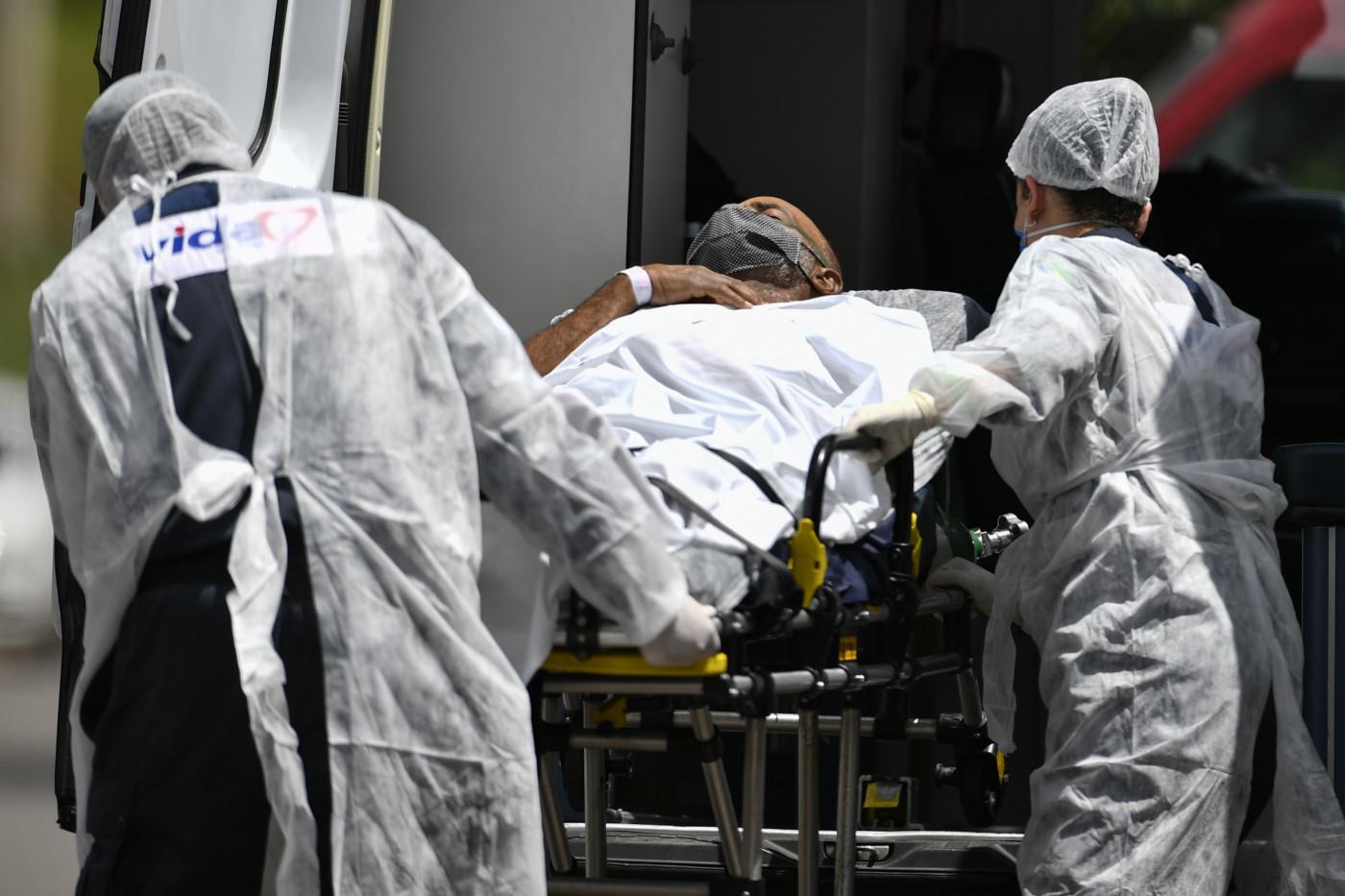Profissionais cuidam de paciente infectado pelo coronavírus