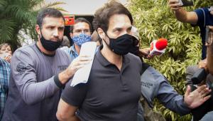 Dr Jairinho algemado e cercado pela polícia
