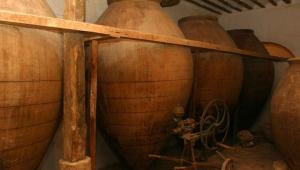 quatro ânforas antigas de cobre