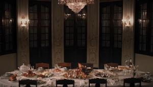 Vista de cima de uma mesa com pratos e recipientes com restos de comida