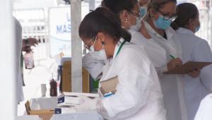 Campanha de imunização contra a covid-19, com a vacina Coronavac, no ponto em sistema drive-thru montado no estacionamento da Prefeitura Municipal da cidade de Osasco