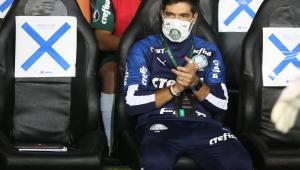 Abel Ferreira comandando o Palmeiras durante partida diante do Universitário