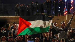 Palestinos protestam em frente ao portão de Damasco em Jerusalém