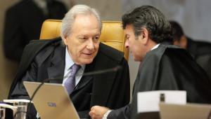 Ministro Ricardo Lewandowski e ministro Luiz Fux durante sessão do STF