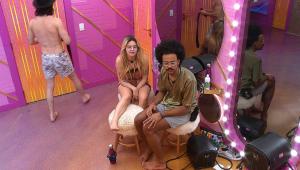 Sentados em banquinhos, Viih Tube e João Luiz conversam enquanro esperam para fazer o raio-X do BBB 21