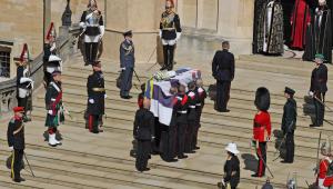caixão é levado por guardas para dentro de igreja