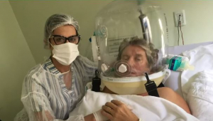 Paciente utiliza capacete ventilatório para tratamento da Covid-19
