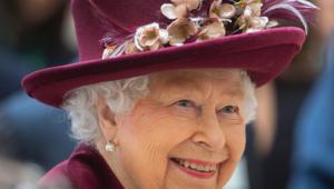 A rainha Elizabeth II com um chapéu enfeitado