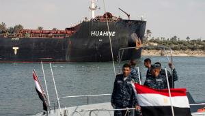 Tráfego marítimo do Canal de Suez é normalizado seis 6 após navio desencalhar